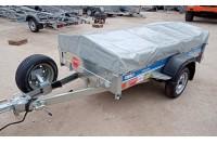 В дополнительной комплектации с каркасом и тентом Н500 мм, подкатным колесом (не установлено), кронштейном запасного колеса на дышло, запасным колесом R13