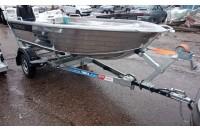 """В дополнительной комплектации с лебедкой, носовым упором, подкатным колесом (не установлено) и алюминиевой лодкой """"Тактика 390"""""""